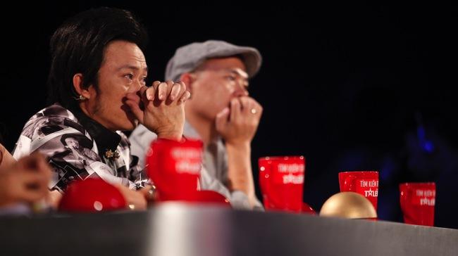 Giám khảo Hoài Linh đã rơi nước mắt trước tiết mục hát về mẹ của thí sinh Hà Chương.