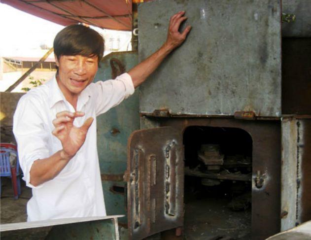 Anh Ngô Thái Nguyên bên cạnh chiếc máy xử lý rác thải của mình