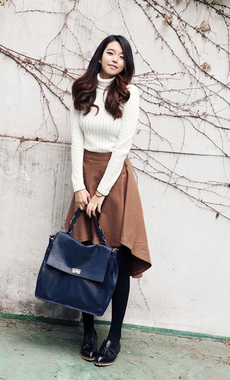Áo len cổ lọ mix cùng chân váy xòe dịu dàng, nữ tính