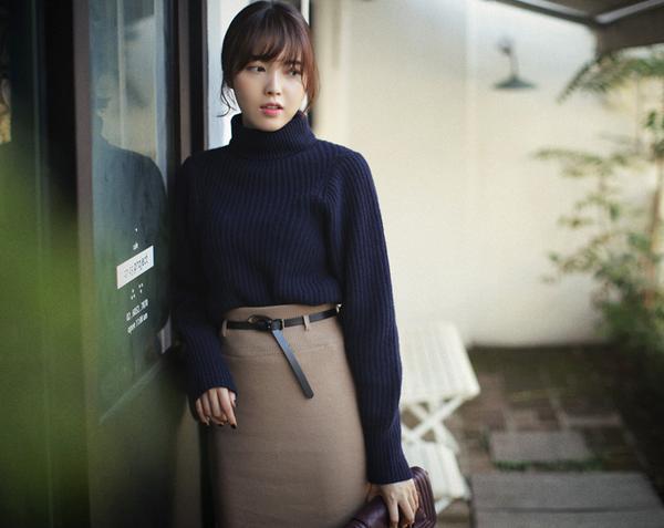 Chân váy bó khi mix cùng áo len cổ lọ sẽ giúp các nàng trở nên quyến rũ hơn