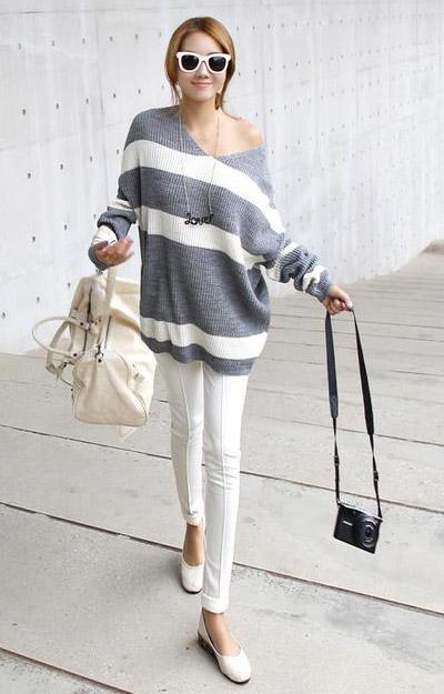 Áo len oversize mix với quần skinny sáng màu. Ảnh minh họa