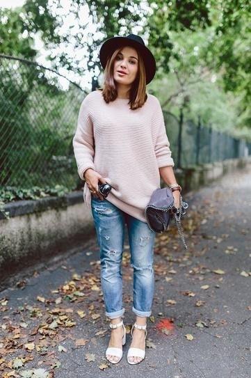 Mix áo len oversize với quần jean boyfriend cá tính. Ảnh minh họa