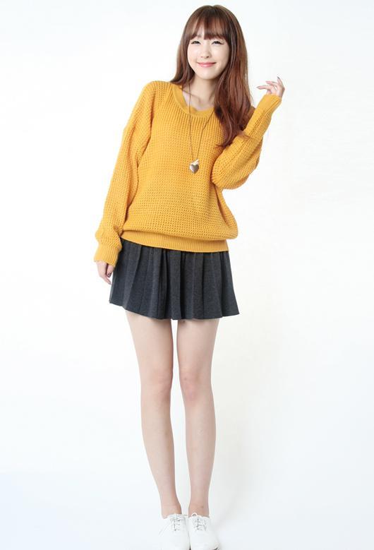 Áo len oversiz sáng màu mix với chân váy trẻ trung và nữ tính. Ảnh minh họa