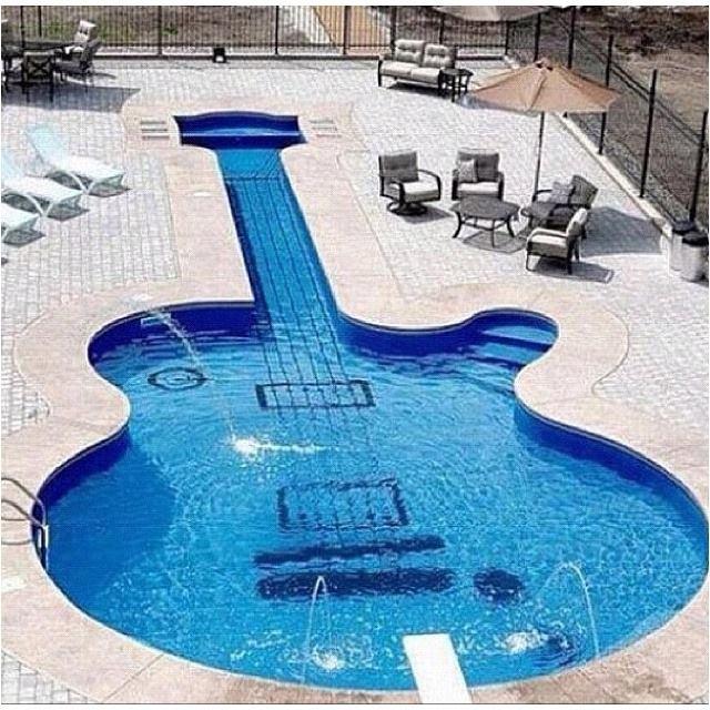 Bể bơi hình chiếc đàn ấn tượng