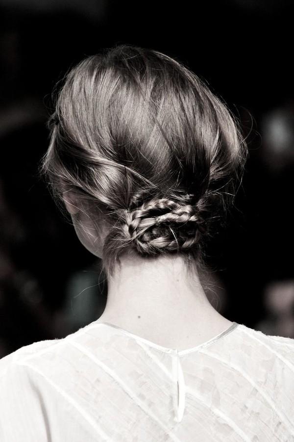 Tóc búi thấp là một trong các kiểu tóc đẹp, nữ tính cho bạn gái đi chơi Tết