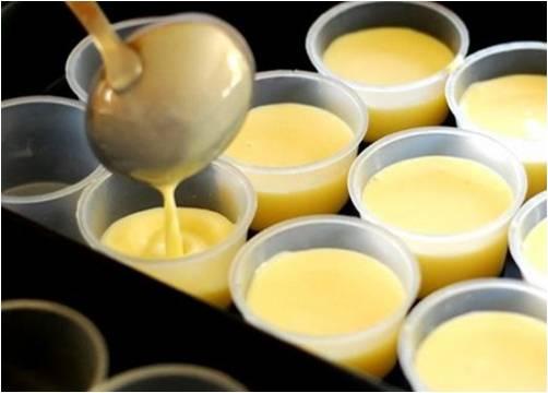 Đánh trứng gà cho thật bông rồi đổ hỗn hợp sữa nóng vào