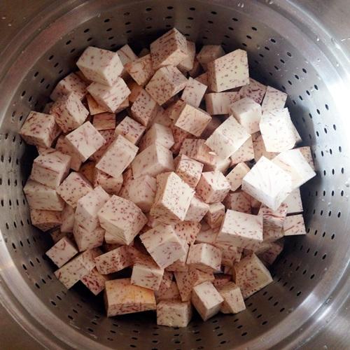 Phần lớp khoai môn: Khoai môn gọt vỏ, rửa sạch, cắt miếng cube