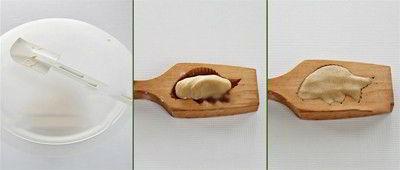 Cho bột vào khuôn bánh trung thu con cá loại nhỏ