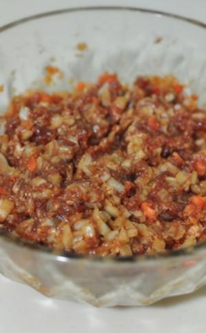 Cho hành tây và cà rốt vào tô đựng thịt, trộn đều, để riêng.