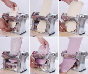 Cán bột mì hơn chục lần để có được bột mịn. Nếu không có máy cán thì nhào bột nhiều lần, sau đó dùng dụng cụ cán bột để cán bột mỏng ra.