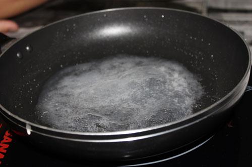 Làm nóng chảo trên bếp với dầu ăn. Múc đầy 1 muôi bột, tráng đều khắp mặt chảo. Lúc này bật bếp ở lửa vừa, đậy kín nắp trong khoảng 15 đến 20 giây lúc nào bột trong là chín.