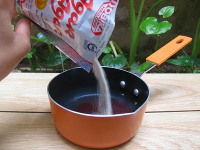 Cho bột argar vào ngâm cùng nước ở trên. Mọi người chú ý đọc hướng dẫn sử dụng trên bao bì để cho tỉ lệ bột và nước đúng. Nếu thích ăn thạch giòn thì dùng bột argar, còn thích thạch dẻo thì dùng bột làm thạch hoặc nếu thích thạch mềm thì dùng gelatine.