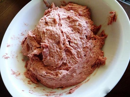Giã thịt đến khi nhuyễn mịn là bước quan trọng trong cách làm giò lụa ngon