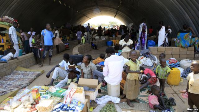 Người tị nạn bên trong nhà kho của Liên Hiệp Quốc ở ngoại ô thủ đô Juba