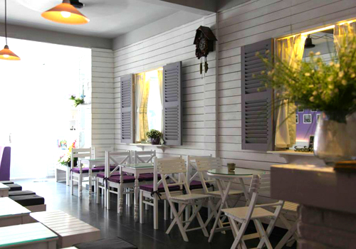 Lựa chọn gam màu trắng và tím nhẹ, cà phê Koneko được thiết kế mộc mạc mà đầy tinh tế, vừa hài hòa nhưng không kém phần lãng mạn mang nét cổ điển của phương Tây