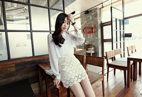 Váy chất liệu ren đen và trắng dễ mặc, dễ phối đồ và hợp với thời trang nơi công sở