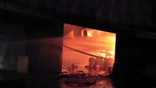 Phân xưởng chìm trong biển lửa