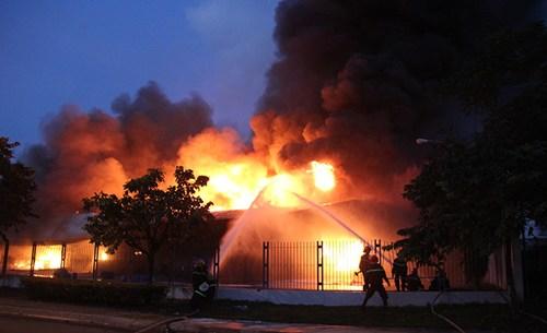 Lực lượng cứu hỏa hoạt động hết công suất để chữa cháy