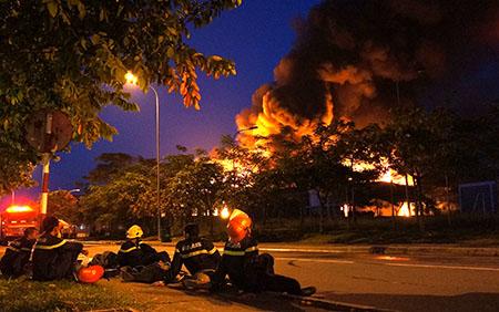 Các anh linh cứu hỏa mệt mỏi nghỉ  ngơi một thoáng tại KCN Việt Nam-Singapore