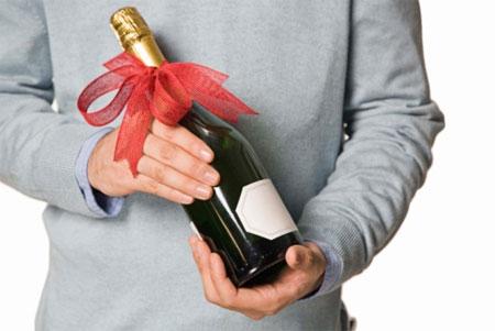 Giỏ trái cây hay chai rượu là món quà Tết biếu sếp được nhiều người lựa chọn
