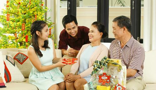 Tặng quà Tết cho bố mẹ là một khoản tiền tiêu Tết rất thiết thực