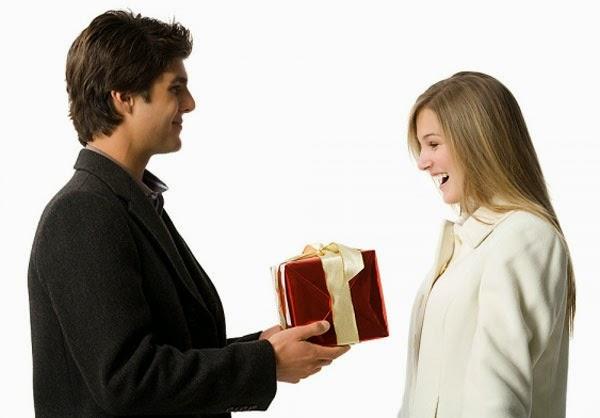 Thái độ chân thành là điều cần thiết khi tặng quà Tết cho sếp