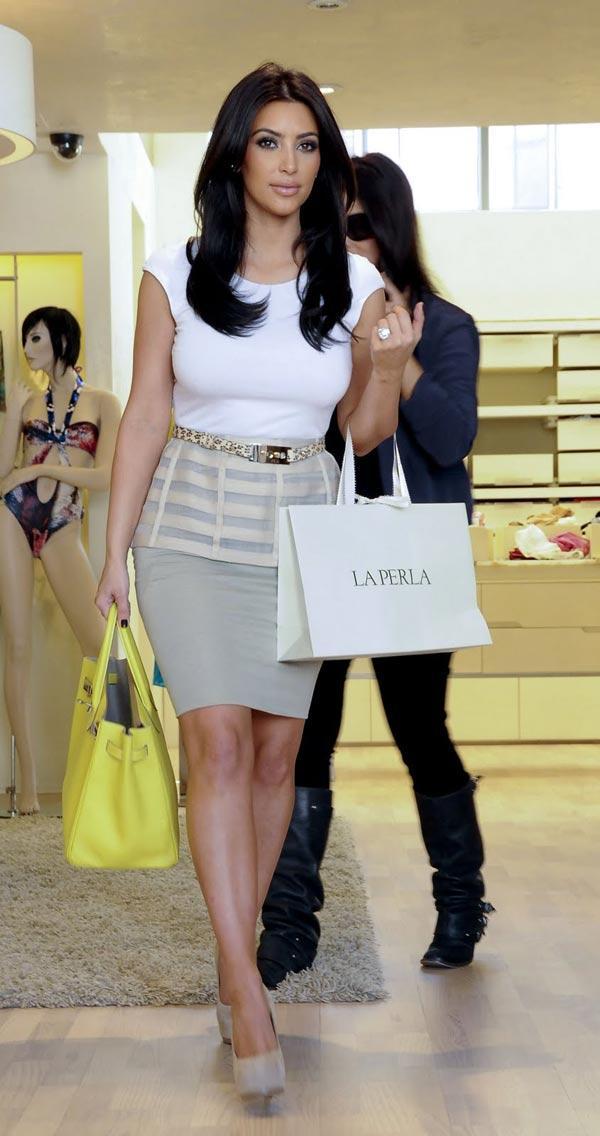 Túi xách cho người ngực lớn, dáng quả táo: Phụ nữ ngực lớn và vai rộng nên quên ngay việc đeo những chiếc túi nhỏ nhắn với quai ngắn. Hãy lựa chọn những chiếc túi quai dài, đeo qua vai, túi kiểu đưa thư hoặc những chiếc túi thanh lịch như chiếc Hermes Birkin.