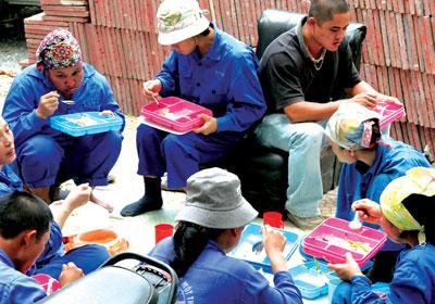 Cần cải thiện bữa ăn cho công nhân để đảm bảo sức khỏe và năng suất lao động