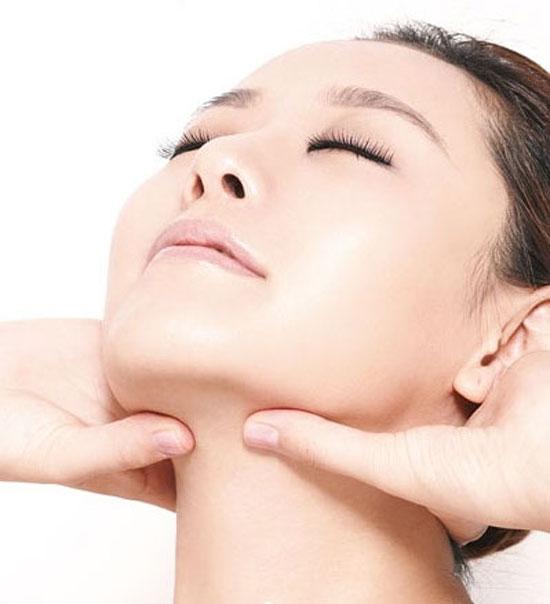 Các thao tác massage đơn giản bằng tay, với thìa hoặc dầu oliu giúp làm thon gọn khuôn mặt