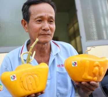 Cặp dưa thỏi vàng nổi chữ Tài - Lộc trở thành đặc sản ăn Tết có giá lên tới 4,5 triệu đồng