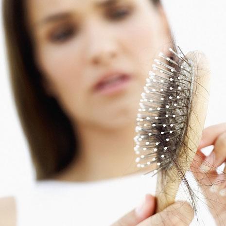 Cần biết cách chọn dầu gội cho tóc rụng để ngăn chặn tình trạng này. Ảnh minh họa
