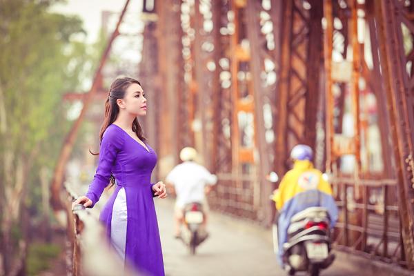 Cầu Long Biên với vẻ đẹp thâm trầm, cổ kính là địa điểm chụp ảnh quen thuộc của nhiều bạn trẻ
