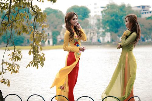 Khu vực bờ hồ Hoàn Kiếm và phố cổ là địa điểm chụp ảnh Tết lý tưởng cho những ai thích sự cổ kính