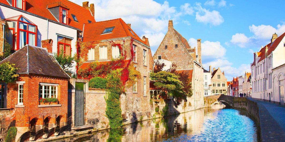 Brugge là điểm đến du lịch mang vẻ đẹp như trong truyện cổ tích với quảng trường mở, những ngôi nhà cổ kính