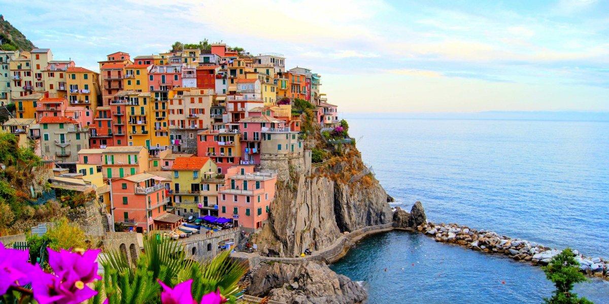 Các bờ đá gồ ghề của bờ biển Riviera, Ý như bước ra từ cuốn tiểu thuyết lãng mạn