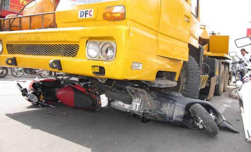 Tại hiện trường cho thấy, chiếc xe cần cẩu đã đâm thẳng vào ít nhất 10 chiếc xe máy