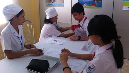 Khám sàng lọc trước tiêm chủng cho trẻ em tại trường