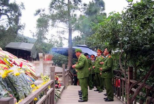 tin tức mới cập nhật hôm nay cho biết hàng ngàn người tới viếng mộ Đại tướng Võ Nguyên Giáp ngày đầu năm