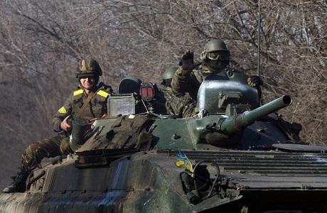 Các quân nhân Ukraine trên xe bọc thép chở lính tại vùng Donetsk, đông Ukraine hôm 22/2