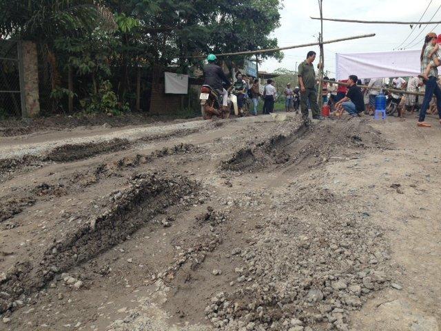 Đoạn đường bị hư hỏng nặng do người dân chặn xe ở mỏ đá Tân Cang