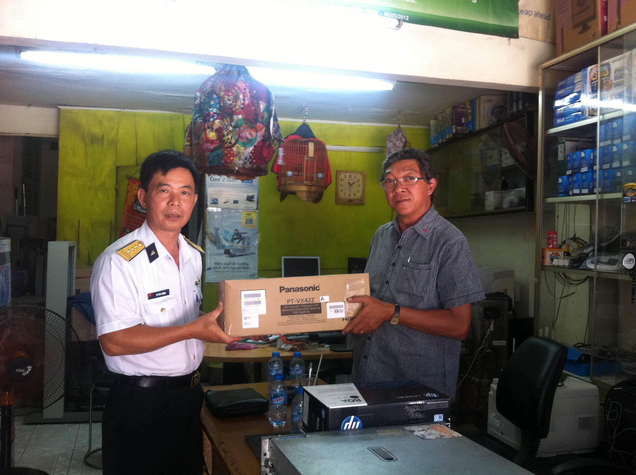 Báo SGGP đã tổ chức bàn giao máy chiếu cho Đoàn 681 Quân chủng Hải quân