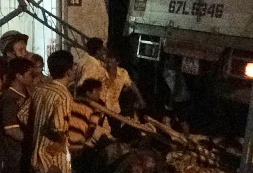 Người dân nâng bánh xe tải tìm người bị nạn