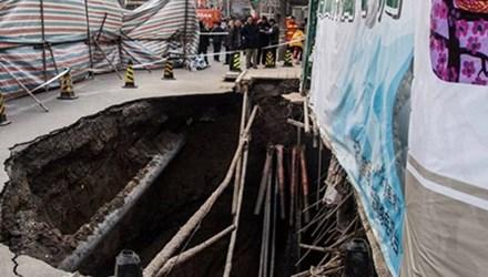 'Hố tử thần' xuất hiện trên đường sau vụ sập