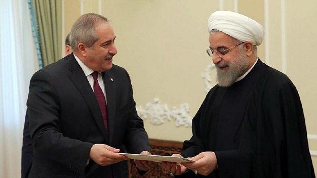 Tổng thống Iran Hassan Rouhani (phải) gặp bộ trưởng Ngoại giao Jordan Nasser Judeh