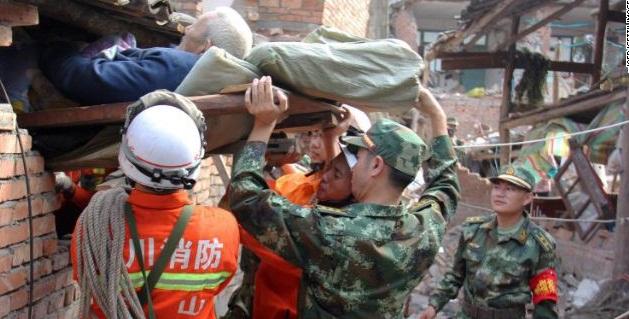 Cụ già được đội cứu hộ giải thoát khi mắc kẹt sau dư trấn kinh hoàng