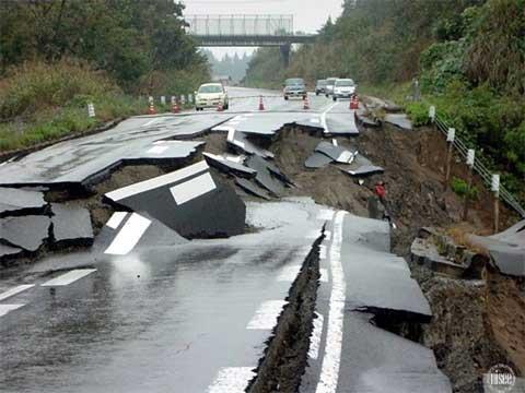 Giao thông tắc nghẽn vì bị phá huỷ nặng nề sau dư trấn 6.5 độ Richter