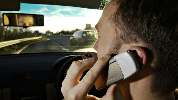 Dùng điện thoại khi đang lái xe