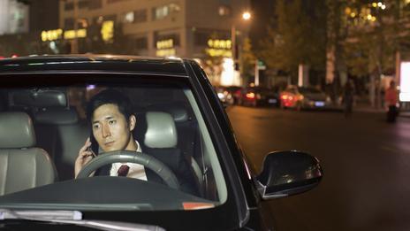 Dùng điện thoại lúc đang lái xe trên đường vào buổi đêm ít xe qua lại giảm nguy cơ xảy ra tai nạn
