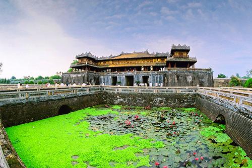 du lịch Huế nổi tiếng với các cung điện, đền đài mang hơi thở cổ xưa