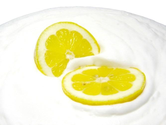 Một trong những bí quyết dưỡng trắng da mùa đông là trộn dầu dừa, nước cốt chanh và sữa tắm
